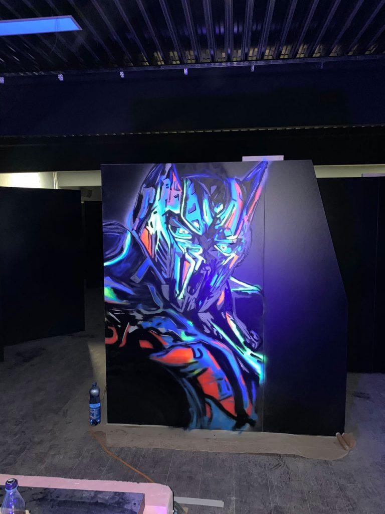 Transformers Optimus Prime mit Schwarzlicht beleuchtet
